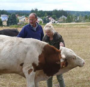 k-Alf genießt Streicheleinheiten von Klaudia und Hubert